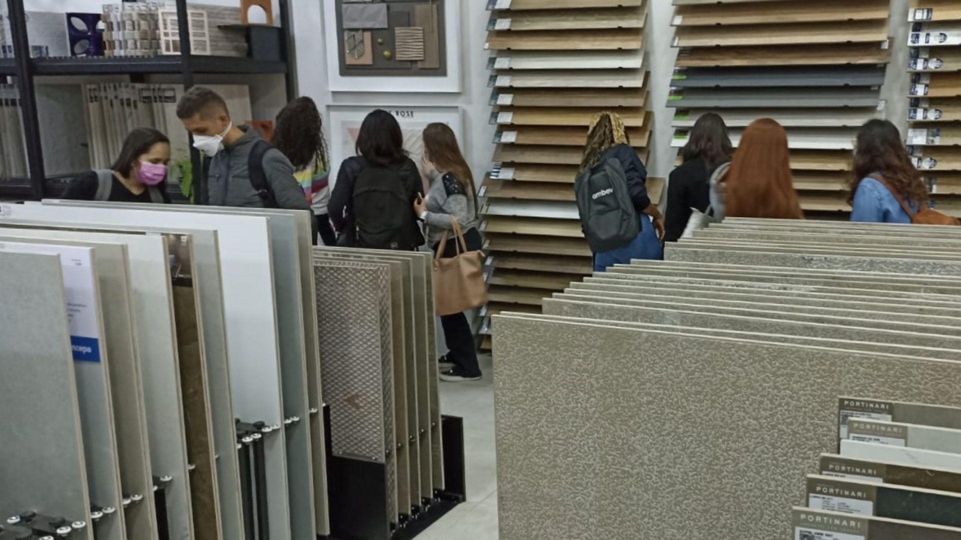 A imagem mostra os alunos em visita à Boutique KAZAmais Acabamentos.