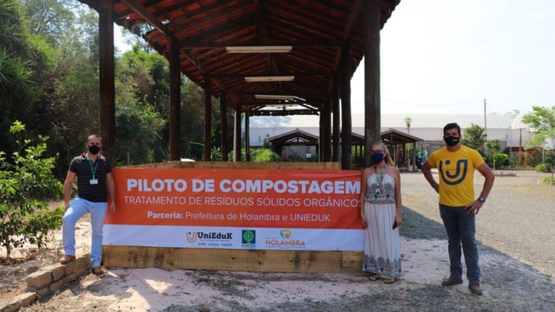 A imagem traz os envolvidos no projeto piloto de implantação de composteiras em escolas municipais.