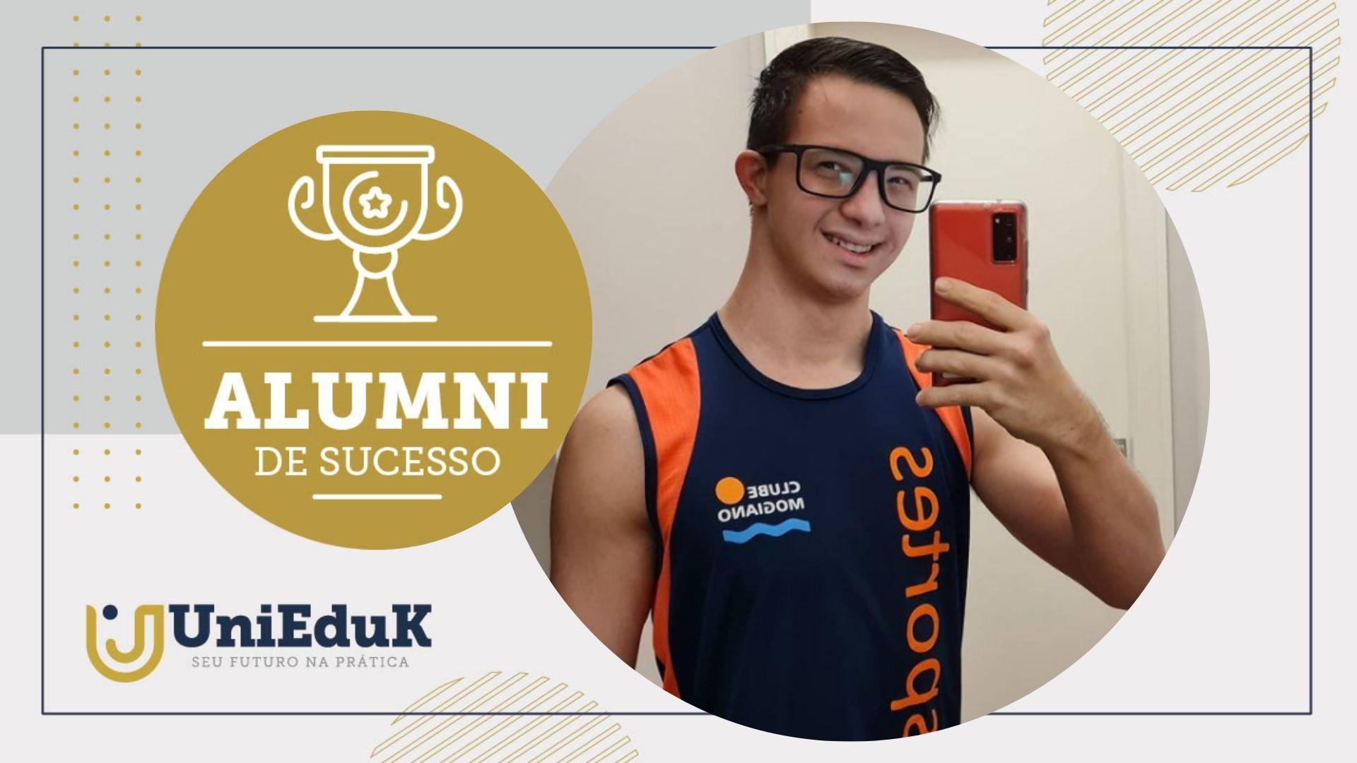 Imagem traz uma foto do alumni Marcelo Christofoletti Meneghini, funcionário do Clube Mogiano, e a moldura do Grupo UniEduK.