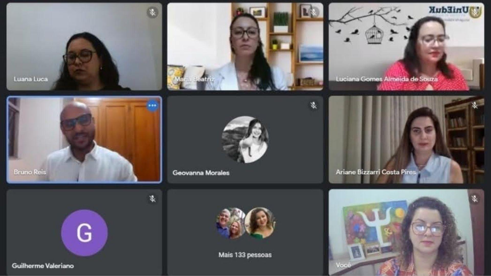 A imagem mostra a sala virtual, com docentes, convidado e alunos durante a Aula Integrada de Psicologia.