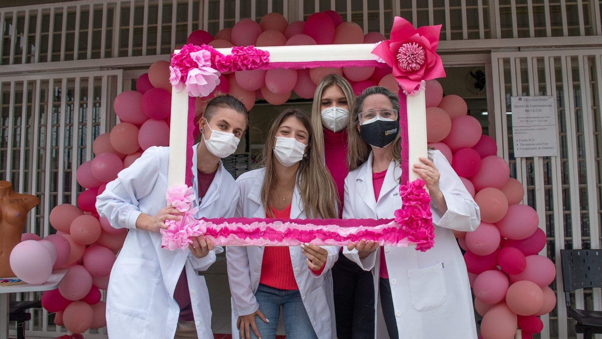 A imagem mostra os alunos do Grupo UniEduK em ação na campanha Outubro Rosa nos postos de saúde.